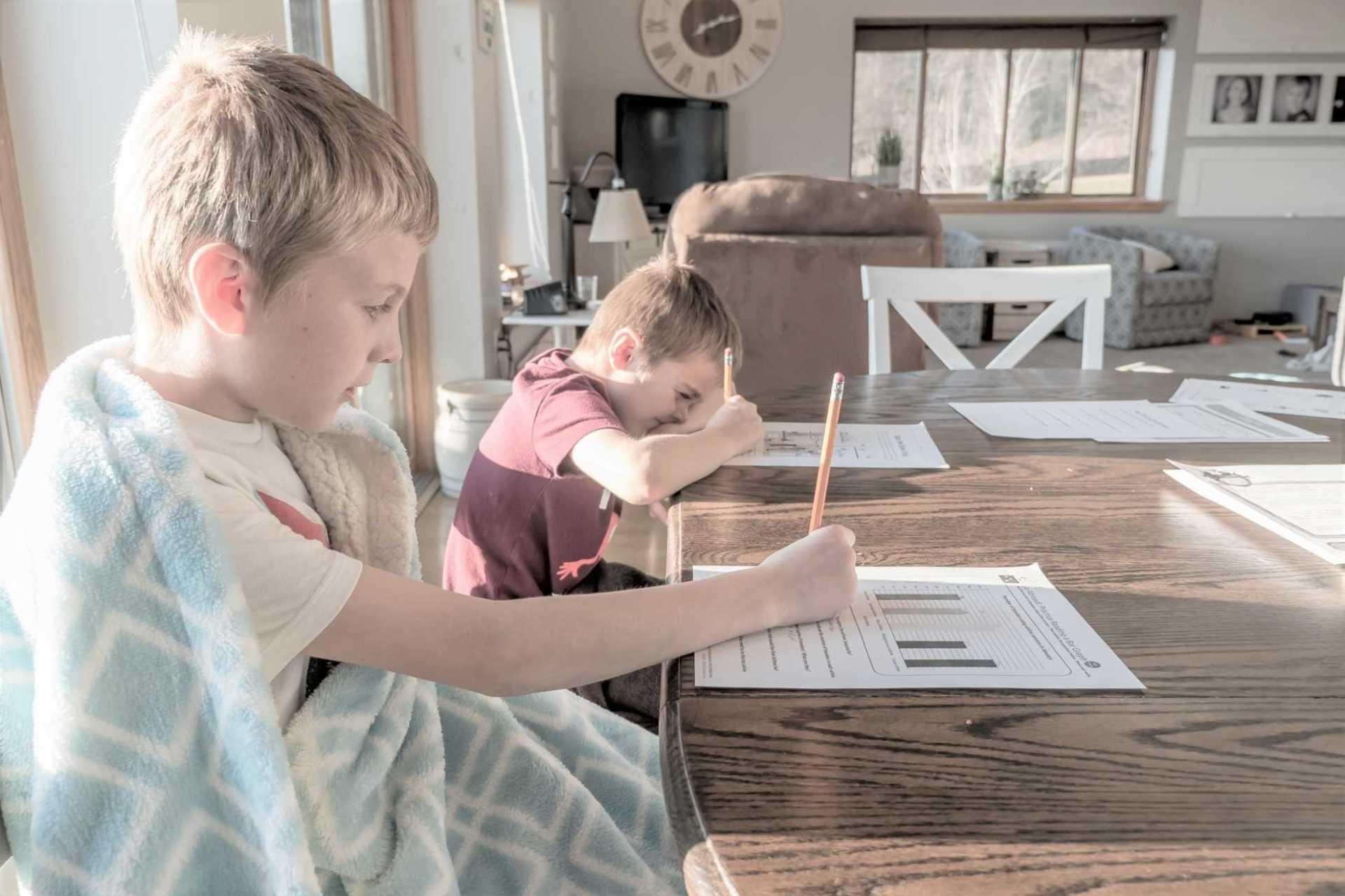 Miten oppimisympäristö vaikuttaa lapsen keskittymiseen ja tarkkaavaisuuden suuntaamiseen?